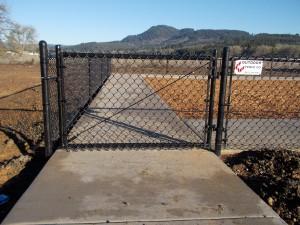 281 Com. Black chain link fence w/gate