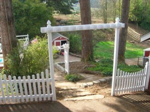 227 Vinyl scalloped fence & Arbor