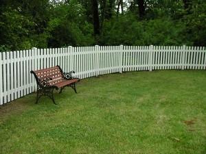191: white vinyl pickett fence