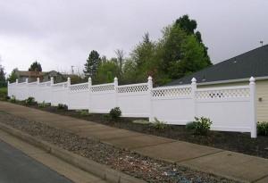 184: White vinyl fence w/lattice