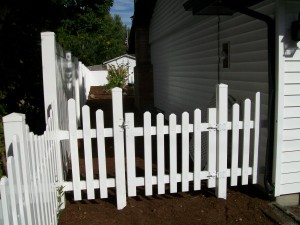 177 Scalloped vinyl walk gate w/scalloped & solid fence, Stayton, Oregon