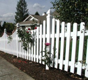 180: Scalloped vinyl fence