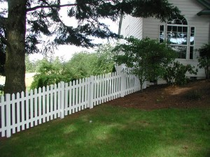 179: Pickett vinyl fence with gate